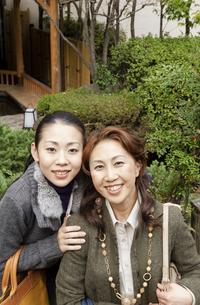 笑顔で寄り添う母と娘の写真素材 [FYI04732778]