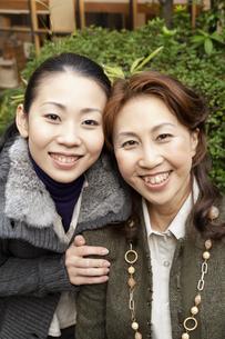 笑顔で寄り添う母と娘の写真素材 [FYI04732779]