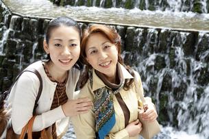 笑顔で寄り添う母と娘の写真素材 [FYI04732789]