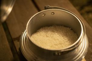 飯盒で炊いたご飯の写真素材 [FYI04732807]