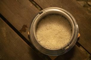飯盒で炊いたご飯の写真素材 [FYI04732808]