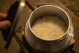 飯盒で炊いたご飯の写真素材 [FYI04732810]