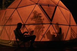 テント内のシルエットの写真素材 [FYI04732829]