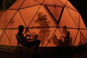 テント内のシルエットの写真素材 [FYI04732830]
