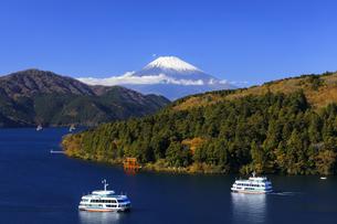 秋の芦ノ湖と富士山の写真素材 [FYI04732961]