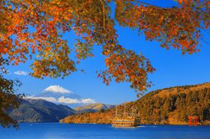 秋の芦ノ湖と富士山の写真素材 [FYI04732962]
