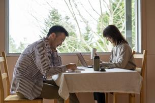 森のカフェでテレワークする男女の写真素材 [FYI04732975]