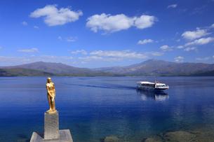 田沢湖と辰子像と観光船の写真素材 [FYI04732997]
