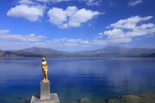 田沢湖とたつこ像の写真素材 [FYI04733002]