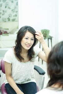鏡の前に座る女性の写真素材 [FYI04733055]