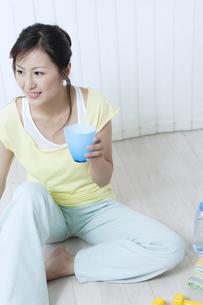 水分補給をする女性の写真素材 [FYI04733076]
