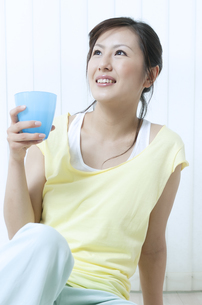 水分補給をする女性の写真素材 [FYI04733078]