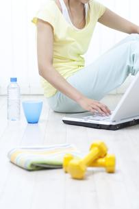パソコンを操作する女性の写真素材 [FYI04733083]