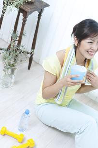 水分補給をする女性の写真素材 [FYI04733085]