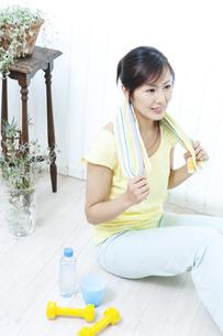 タオルを持つ女性の写真素材 [FYI04733086]