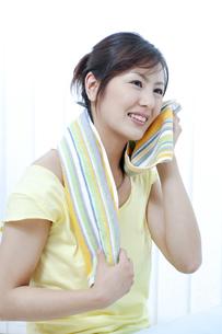 汗を拭く女性の写真素材 [FYI04733087]