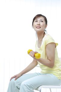 ダンベルでトレーニングする女性の写真素材 [FYI04733090]