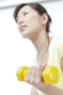 ダンベルでトレーニングする女性の写真素材 [FYI04733091]