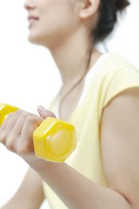 ダンベルでトレーニングする女性の写真素材 [FYI04733092]
