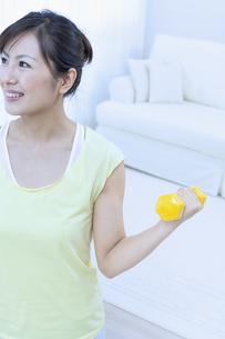 ダンベルでトレーニングする女性の写真素材 [FYI04733103]