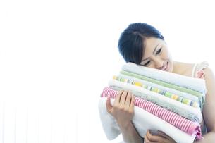 タオルを運ぶ女性の写真素材 [FYI04733110]
