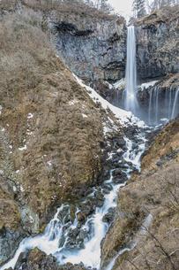 雪解けが進み春を迎える華厳の滝の写真素材 [FYI04733232]