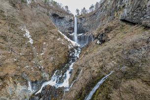 雪解けが進み春を迎える華厳の滝の写真素材 [FYI04733233]