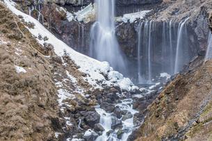 雪解けが進み春を迎える華厳の滝の写真素材 [FYI04733236]