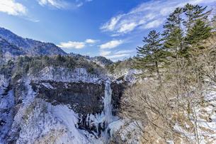 美しい滝と地質と雪原に囲まれた冬の華厳渓谷の写真素材 [FYI04733258]