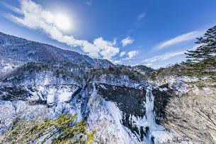 美しい滝と地質と雪原に囲まれた冬の華厳渓谷の写真素材 [FYI04733259]