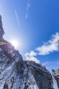美しい滝と地質と雪原に囲まれた冬の華厳渓谷の写真素材 [FYI04733261]