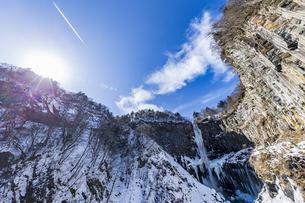 美しい滝と地質と雪原に囲まれた冬の華厳渓谷の写真素材 [FYI04733265]