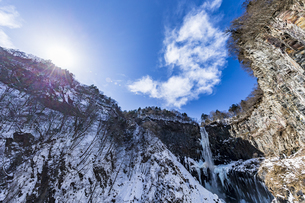 美しい滝と地質と雪原に囲まれた冬の華厳渓谷の写真素材 [FYI04733272]