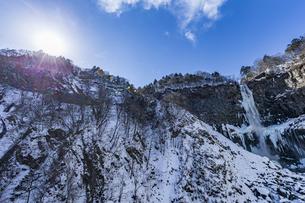 美しい滝と地質と雪原に囲まれた冬の華厳渓谷の写真素材 [FYI04733274]
