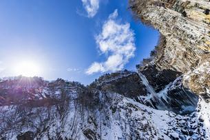 美しい滝と地質と雪原に囲まれた冬の華厳渓谷の写真素材 [FYI04733276]