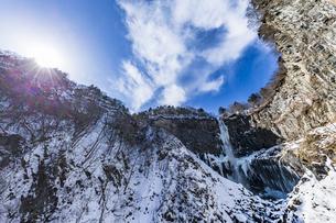 美しい滝と地質と雪原に囲まれた冬の華厳渓谷の写真素材 [FYI04733279]