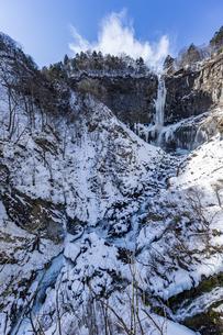 美しい滝と地質と雪原に囲まれた冬の華厳渓谷の写真素材 [FYI04733281]
