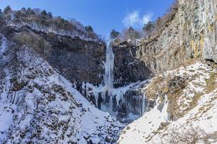 美しい滝と地質と雪原に囲まれた冬の華厳渓谷の写真素材 [FYI04733283]