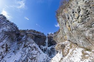 美しい滝と地質と雪原に囲まれた冬の華厳渓谷の写真素材 [FYI04733284]