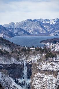 明智平ロープウェイ展望台から望む中禅寺湖と華厳の滝の写真素材 [FYI04733285]