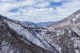 明智平ロープウェイ展望台から望む中禅寺湖と華厳の滝の写真素材 [FYI04733286]