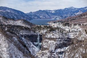 明智平ロープウェイ展望台から望む中禅寺湖と華厳の滝の写真素材 [FYI04733288]
