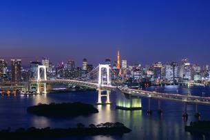 レインボーブリッジと東京タワーの夜景の写真素材 [FYI04733298]