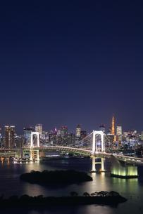 レインボーブリッジと東京タワーの夜景の写真素材 [FYI04733299]