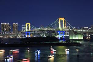 お台場よりレインボーブリッジと屋形船の夜景の写真素材 [FYI04733320]