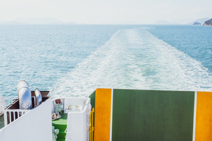 【香川県 小豆島】フェリーから見る瀬戸内海の様子 海上交通の写真素材 [FYI04733370]
