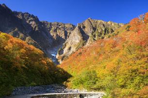 紅葉の谷川岳 一ノ倉沢の写真素材 [FYI04733371]