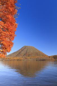 紅葉の榛名湖より榛名富士を望むの写真素材 [FYI04733389]