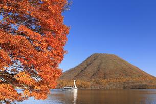 紅葉の榛名湖と遊覧船の写真素材 [FYI04733390]
