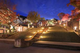 紅葉の伊香保温泉 夕景の写真素材 [FYI04733392]